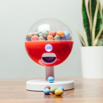 Distributeur de bonbons avec activation tactile