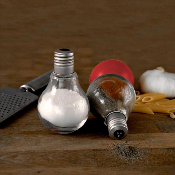Salière et poivrière en forme d'ampoules
