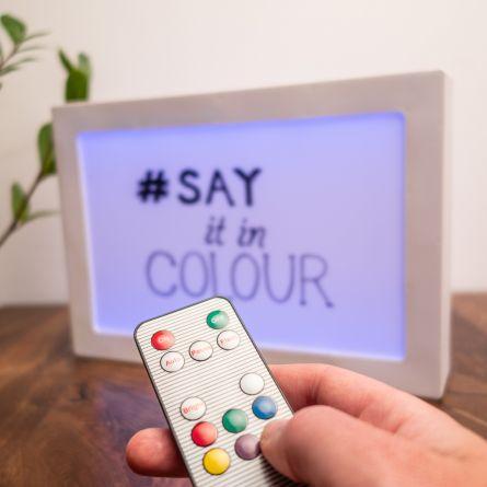 Panneau lumineux à messages avec changements de couleurs